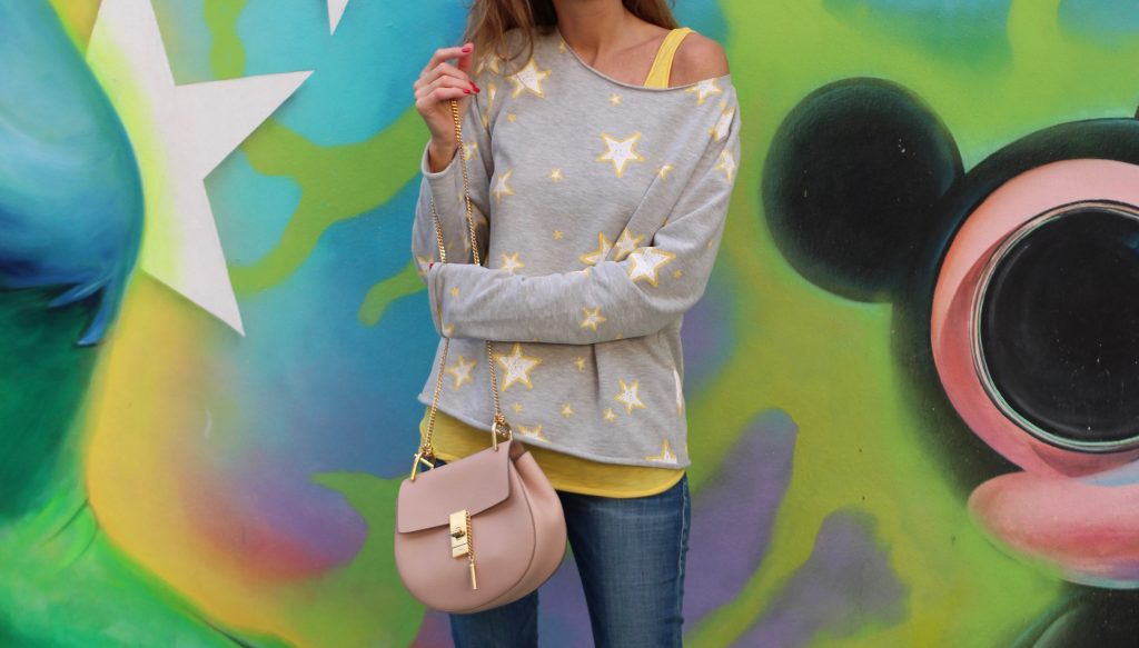 WYNWOOD; MIAMI - DEZEMBER : German model and fashion blogger Alexandra Lapp (@alexandralapp_) wearing Juvia sweater and tank top, True Religion denim, Valentino rockstud flats, vintage Ray Ban sunglasses and a bag by Chloe on Dezember, 2016 in Wynwood Miami during Art Basel Miami *** Local Caption *** Alexandra Lapp
