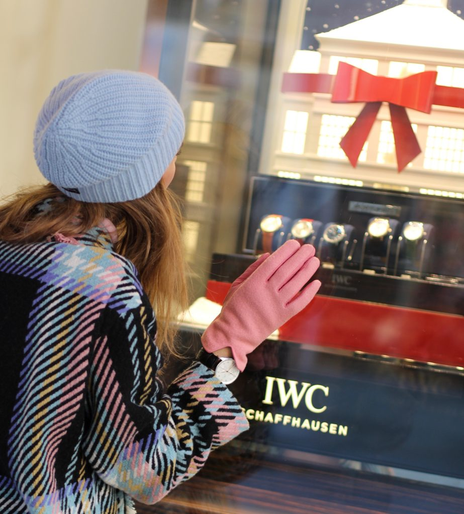 SANKT MORITZ - DEZEMBER : German model and fashion blogger Alexandra Lapp (@alexandralapp_) wearing an IWC Portugieser Chronograph, denim, coat, scarf, beanie, gloves and turtleneck by Marc Cain, Isabel Marant booties and a Kelly bag from Hermès on Dezember, 2016 in Sankt Moritz *** Local Caption *** Alexandra Lapp