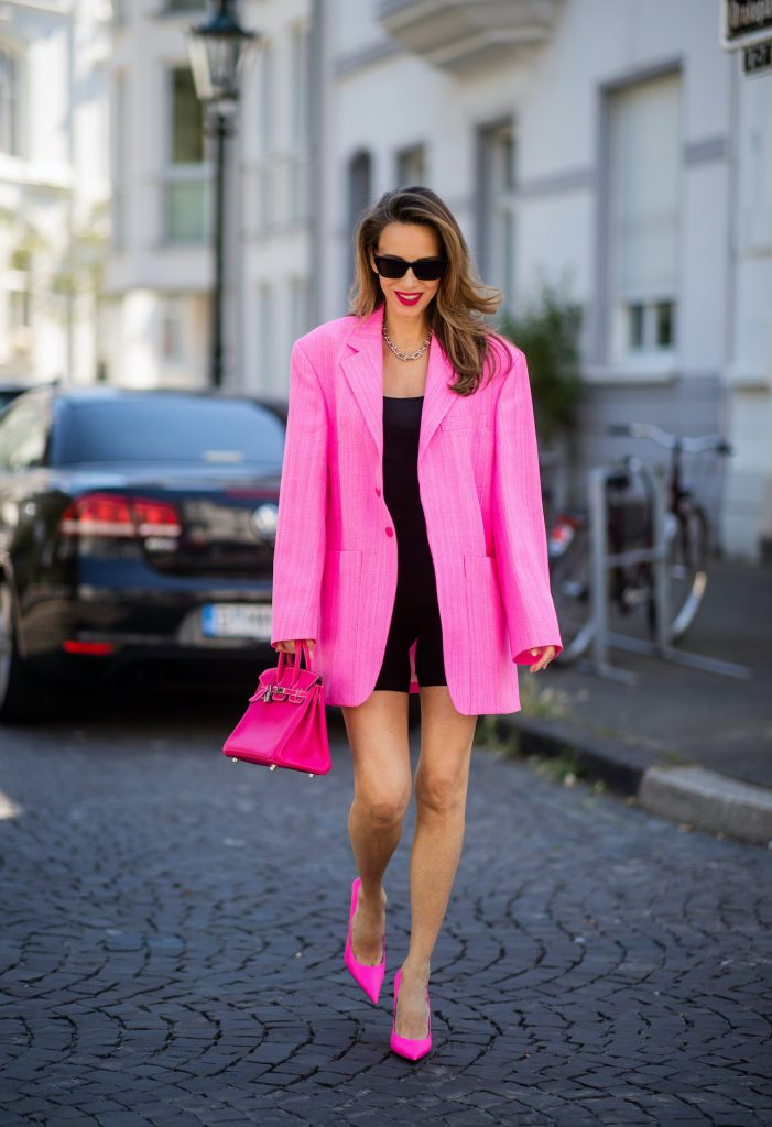 Alexandra Lapp is seen wearing oversized pink blazer Veste d'Homme from Jacquemus, Cycling pants - H&M, Tank top - James Perse, High Heels - Balenciaga square knife pumps in pink, Bag - Hermes Kelly bag in pink.