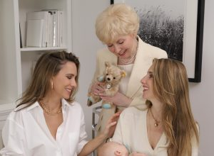 Alexandra Lapp and her family is wearing looks by Breuninger Düsseldorf and jewelery by Tiffany & Co.