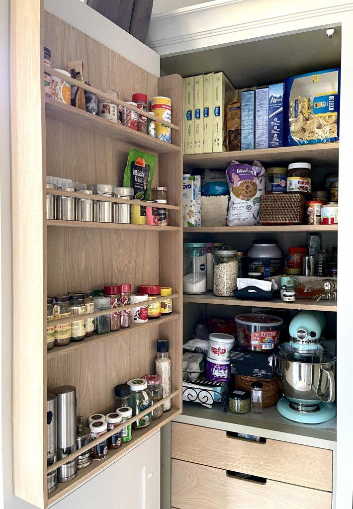 Alexandra Lapp is organizing her kitchen with the home organization company Kaiserplatz - Schöner Wohnen from Düsseldorf.
