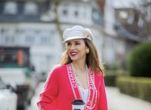 Alexandra Lapp is seen wearing CHANEL cardigan, CHANEL vintage jewelry and brooch, CHANEL BAKER BOY hat, JAMES PERSE tank top, LEVIS denim, CHANEL padded bag, PRADA pumps. Complete look by SuperBrands Secondhand.