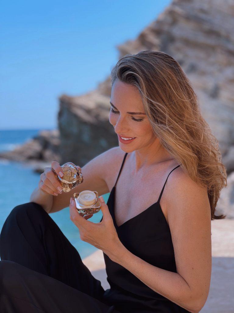 Clé-de-peaux_Alexandra-Lapp_IOS_2021_7Alexandra Lapp enjoys her new skincare routine with Clé de Peau Beauté on the beautiful island of Ios in Greece.
